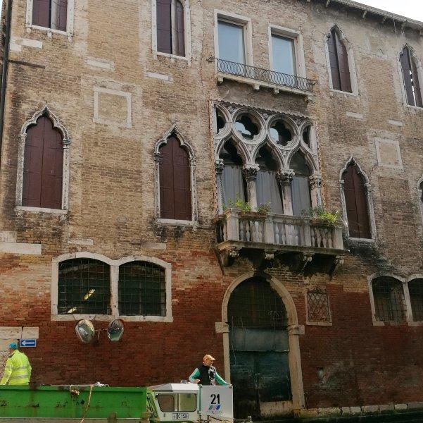 La facciata gotica di Palazzo Cavazza Foscari - early XVth century Palazzo Cavazza Foscari facade