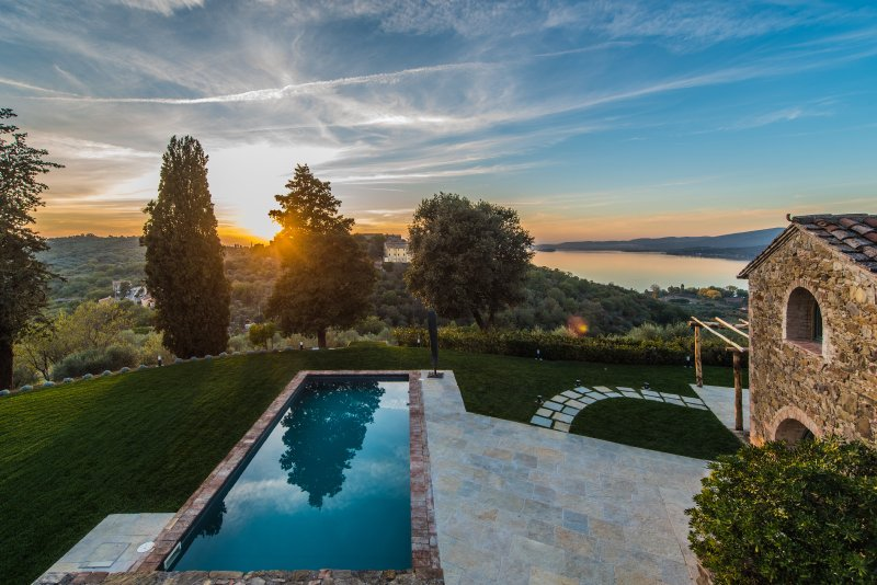 Colognola, authentic hilltop villa overlooking the Trasimeno Lake, vacation rental in Magione
