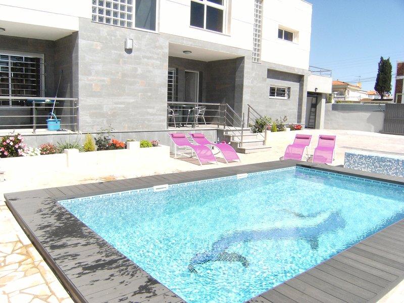 VILLA BARCO - MODERNO CHALET CON PISCINA PRIVADA 150M. PLAYA PARA CINCO PERSONAS, holiday rental in Vinaros