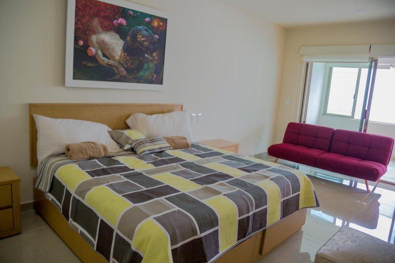 cama king size com casa de banho com desing italiano.
