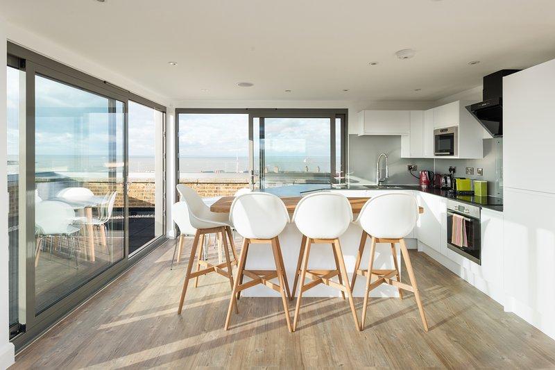 Un appartement moderne de luxe avec une vue imprenable sur la mer