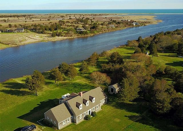 Luxury Expanded Cape on Wade's Cove & Key to Hancock Beach – semesterbostad i Aquinnah