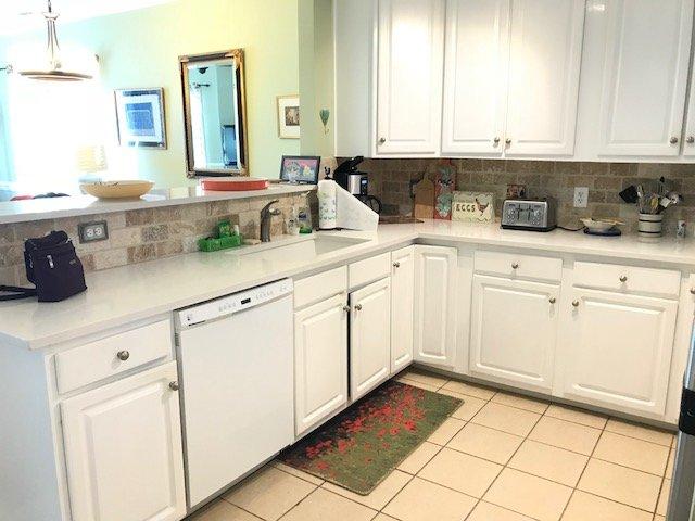 Cuisine équipée: avec de nouveaux comptoirs de quartz, évier et nouveau poêle