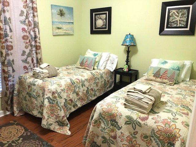 lits jumeaux avec TV pour jouer de jeu, les accès de la salle de bain à travers la porte séparée
