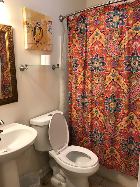 salle de bain salle lumineuse et pratique