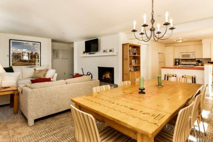 Este espacioso condominio ofrece cenas para 8 más 4 taburetes de barra de desayuno, un cómodo sofá seccional y una cocina completa.