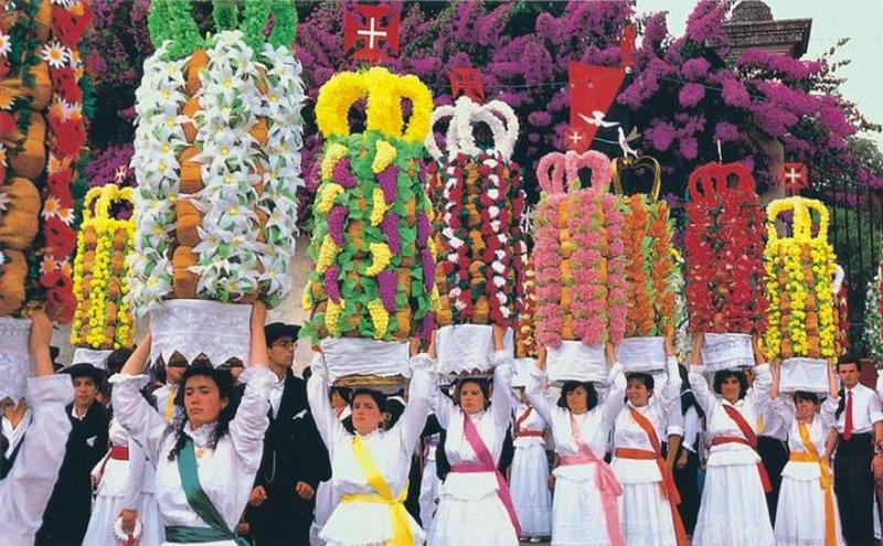 Festa dos Tabuleiros a lieu tous les 4 ans. Suivant Juillet 2019