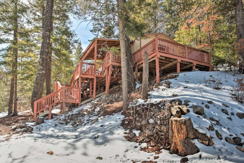 Rustic Cloudcroft Cabin w/Deck-Near Skiing & Fishing!, holiday rental in Cloudcroft
