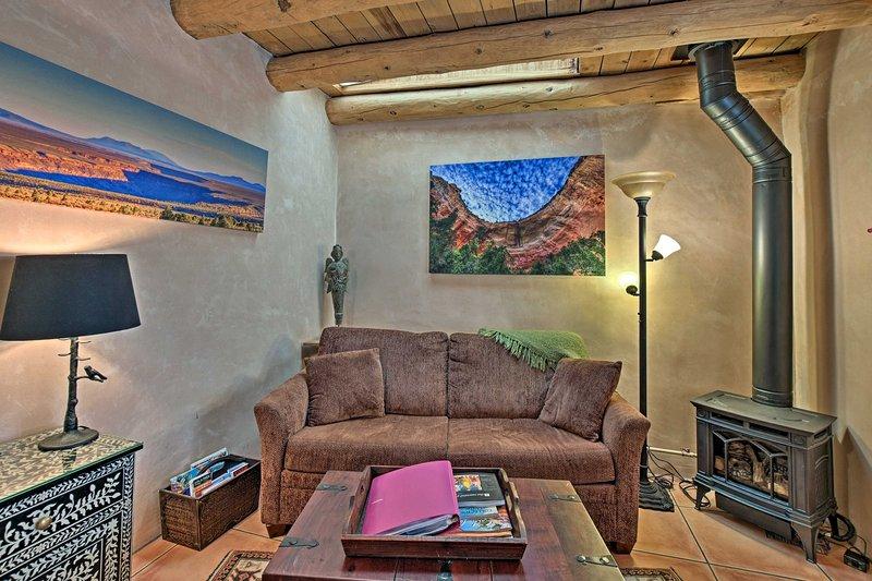 Planificar su próxima escapada de Santa Fe a este histórico de 1 dormitorio, 1 baño alquiler de adobe.