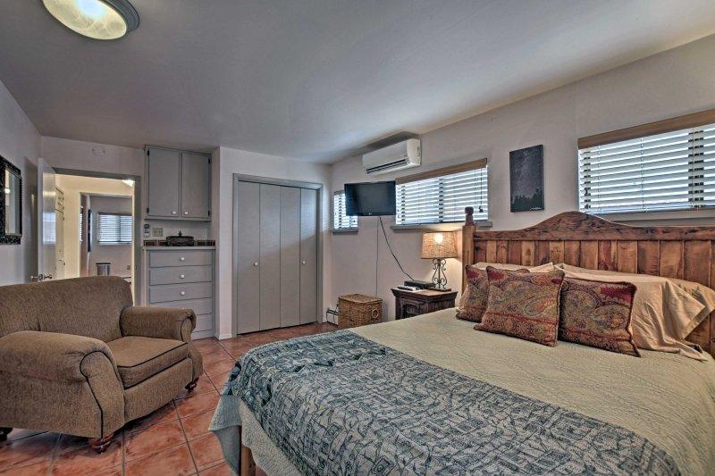 Esta pintoresca propiedad puede alojar cómodamente a 2 y cuenta con un auténtico techo de vigas de madera vigas, obras de arte de temática desierto, y muebles para el hogar confortable.