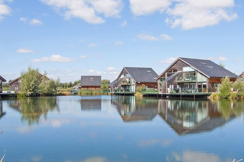 Cotswolds Lakeside Luxury Lodge, hot tub, free fishing,directly on lake, vacation rental in South Cerney