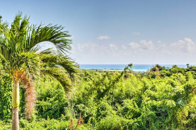 Nehmen Sie einen herrlichen Blick auf das Karibische Meer und den sanften Hügeln oberhalb des Hauses.