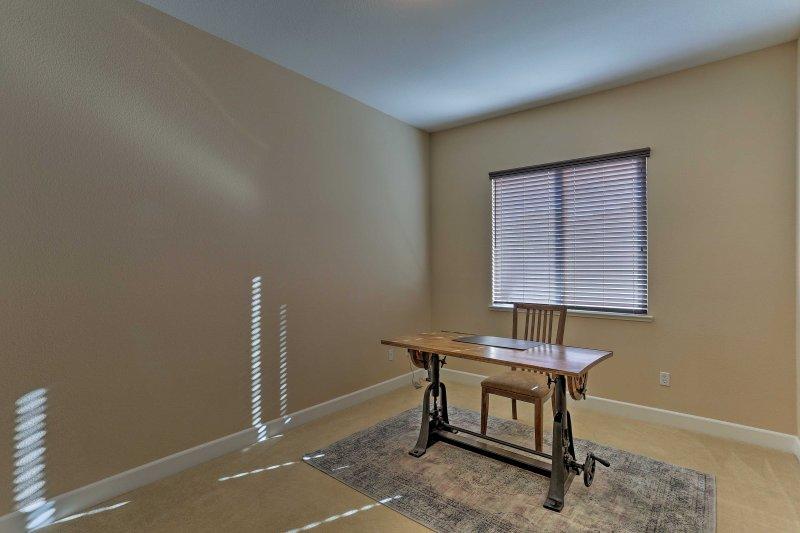 La casa tiene una habitación con un escritorio que es una oficina temporal fantástico.