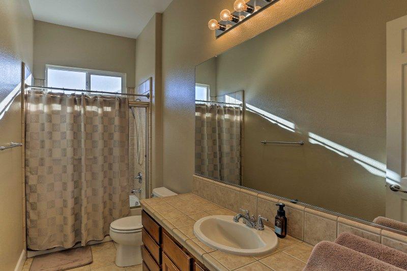 El segundo baño completo ofrece privacidad adicional.