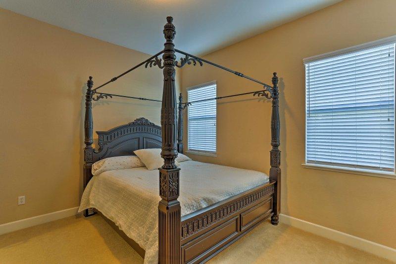 Disfrutar de una noche de descanso fantástico en el colchón de la reina en el segundo dormitorio.