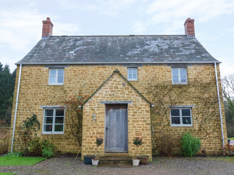 PIPPIN COTTAGE, private farm estate, pet-friendly, tennis court, countryside, vacation rental in Hooke