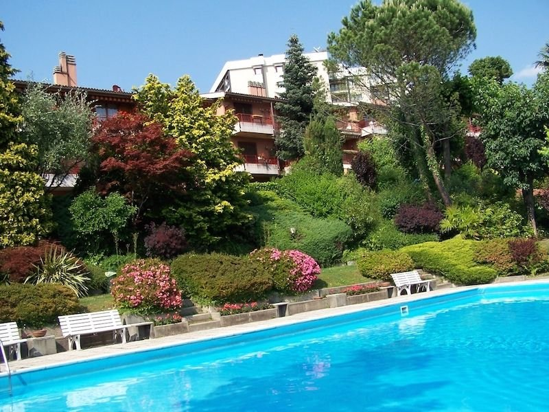 Cordelia 1 apartment with balcony and pool in Luino, location de vacances à Monteggio