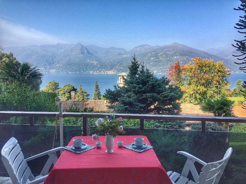 Cordelia 4 apartment with lake view and pool, location de vacances à Monteggio