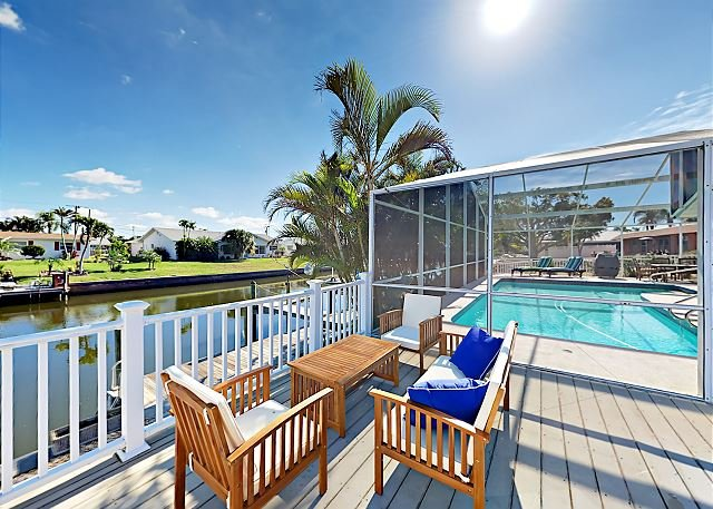 Updated Canalfront Retreat w/ Pool, Hot Tub, Gourmet Kitchen & Fishing Dock, vacation rental in Bradenton
