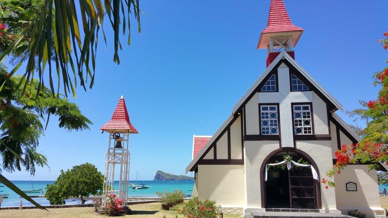 Célèbre petite église et au fond le coin de Mire. Nord de Maurice