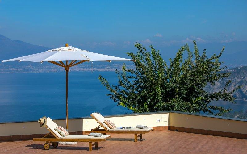Villa Claudia with spectacular view, Ferienwohnung in Sant'Agata sui Due Golfi