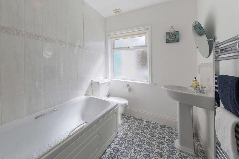 baño de abajo con ducha en el baño