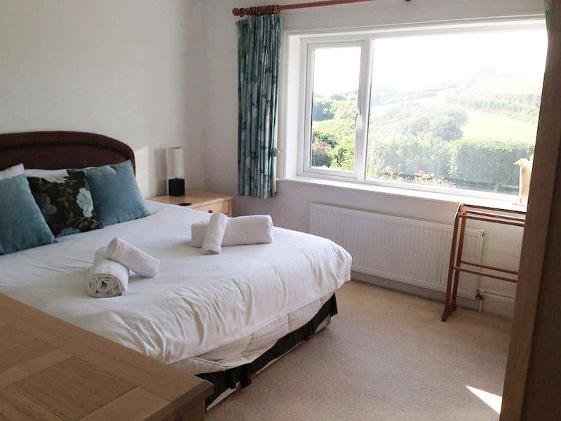 dormitorio planta baja con vies y cama superking
