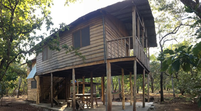 Rustic cabin, first floor is open, the 8 people fit on the second floor. Large kitchen
