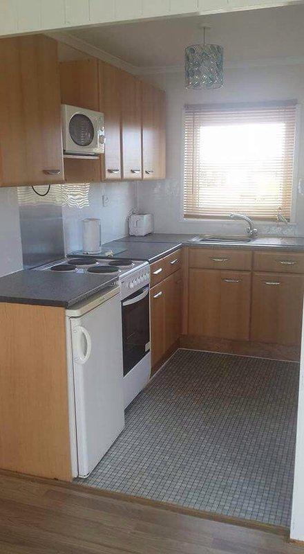 La cocina incluye hervidor de agua nevera horno de microondas que incluye placas tazas de cuchillería etc.