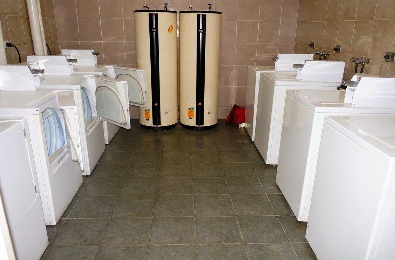 Buanderie avec lave-linge et sèche-linge.