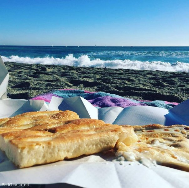 Genoa and the Rivieras .... sea, focaccia and, for the aperitif, a glass of our white wine !!