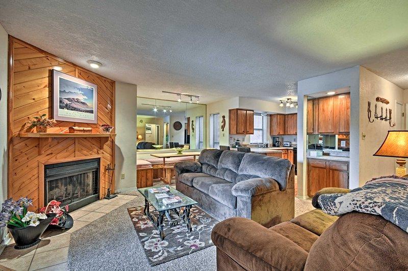 ¡Escápese a las montañas de Nuevo México en este condominio de alquiler vacacional de 2 camas y 2 baños!