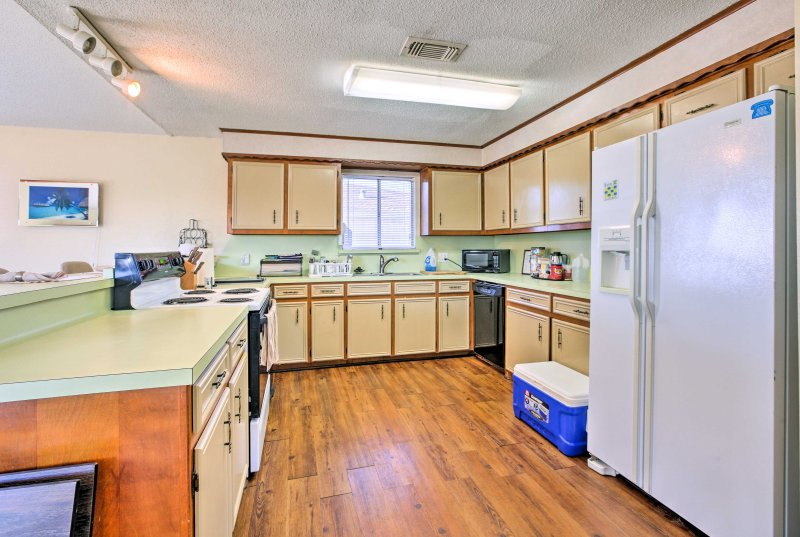 Ample counter space and all the essential appliances make cooking a breeze!