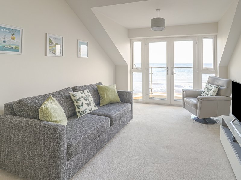 APARTMENT 39, open plan, views, local attractions, in Rhos-on-Sea, Ref. 971898, vacation rental in Rhos-on-Sea