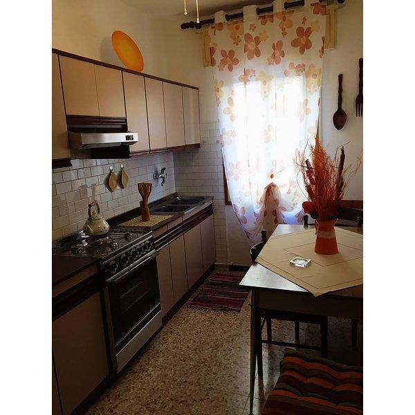 Un segundo piso con una cocina y un cuarto grande