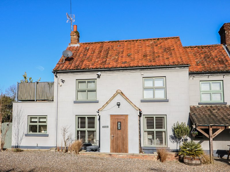 JO'S PLACE, cosy ground floor cottage, wet room, open plan living, great base, holiday rental in Itteringham