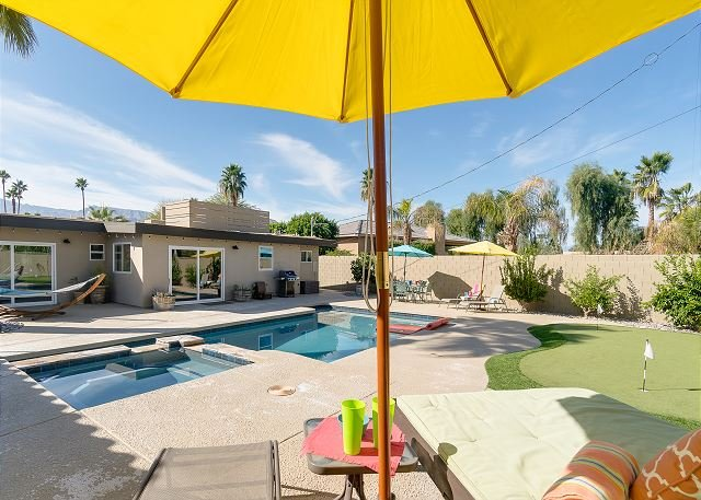 Centrally Located Retreat with Saltwater Pool, Spa, Firepit & Pool Table, alquiler de vacaciones en Greater Palm Springs