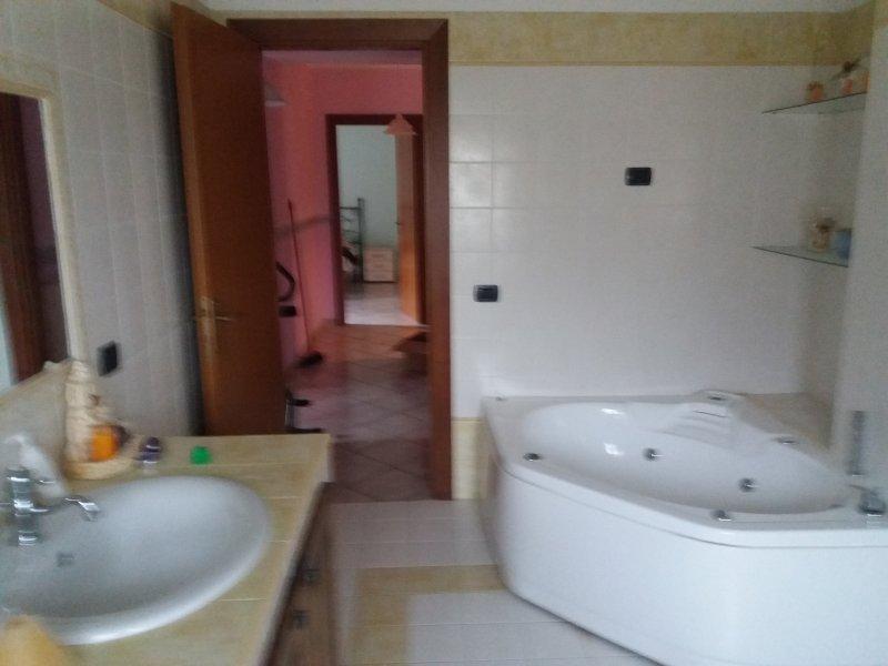 Badezimmer Zimmer Giulia und Federico mit Jacuzzi-Wanne