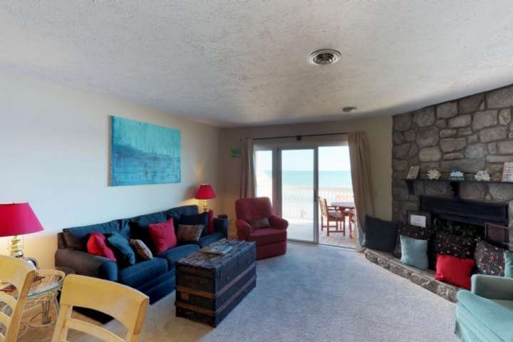 Disfrutar de la brisa del océano justo fuera de la sala de estar.