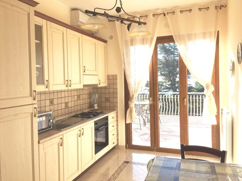 Etna Royal View - Appartamento Monolocale con terrazza e vista mare., vacation rental in Trecastagni