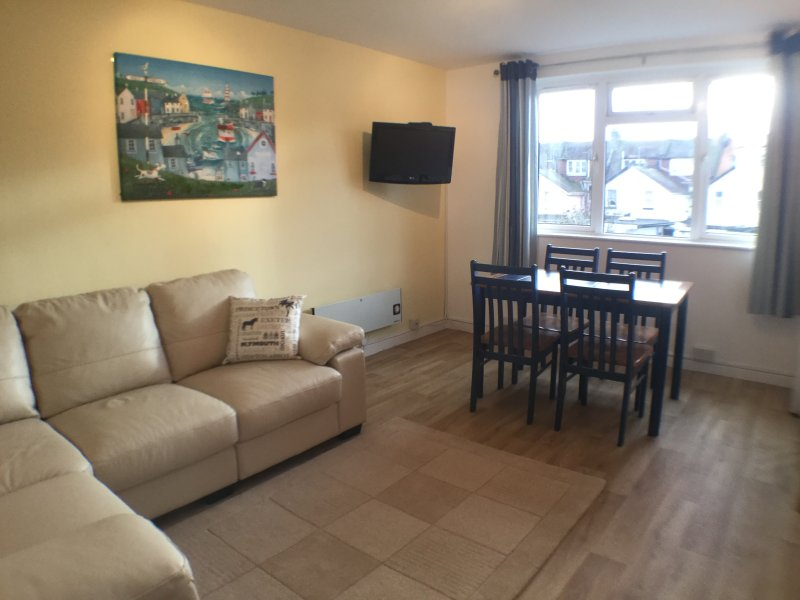 Luxury apartment on Paignton seafront, 2 minutes from beach., vacation rental in English Riviera