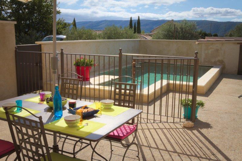 terraço privado com vista para a bela paisagem ea casa piscina
