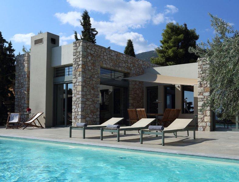 Luxury Villa Negroni, Peloponnese, with private pool and direct beach access, location de vacances à Kiveri