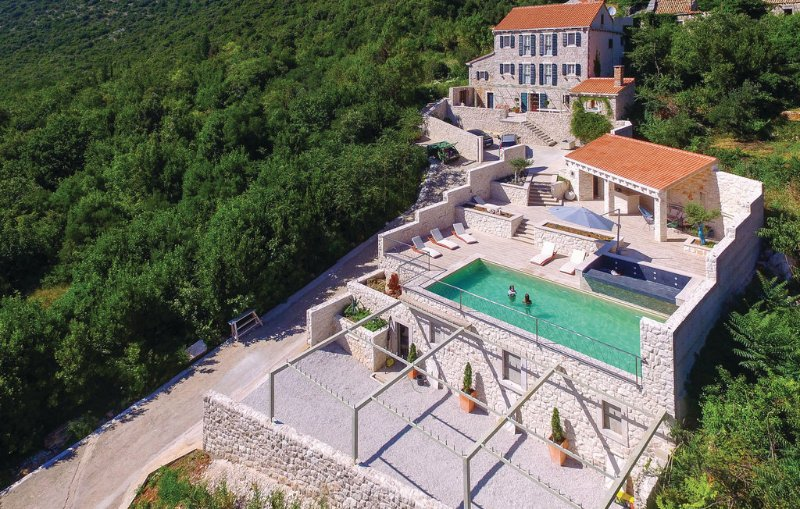 Amazing 5 bedrooms villa with swimming pool - 17th century - fully decorated, holiday rental in Trpanj