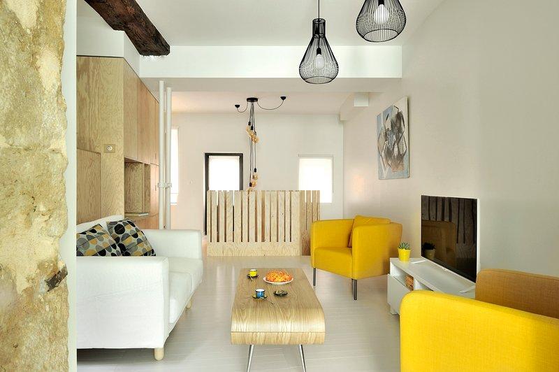 Loft atypique de 61m² calme sur cour plein centre ville quartier Croix-Rousse, vacation rental in Couzon-au-Mont-d'Or