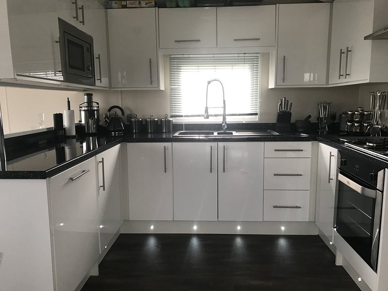 Full size kitchen with,whole fruit juicer, soda stream, slow cooker, Denby pots and pans,steamer,ect