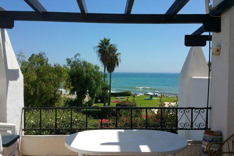 Disfrutar de las vistas al mar desde el balcón, descansando junto a la grande, mesa de patio asientos (hasta 8 personas).
