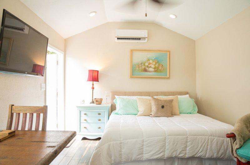 Dormitorio con encanto con cama de matrimonio