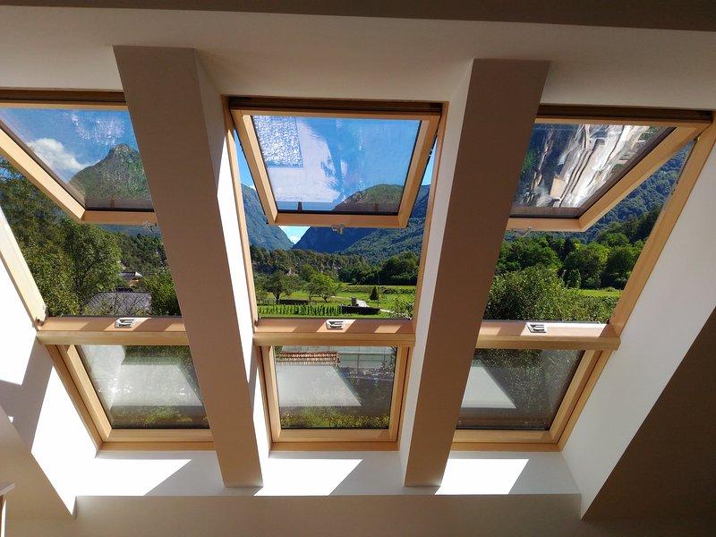 Uitzicht op de bergen vanuit de woonkamer