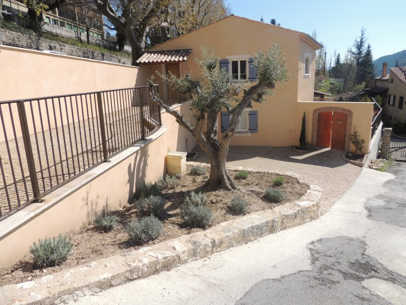 Maison neuve clôturée, avec PISCINE CHAUFFEE, parking privatif, accès handicapé, vacation rental in La Palud sur Verdon